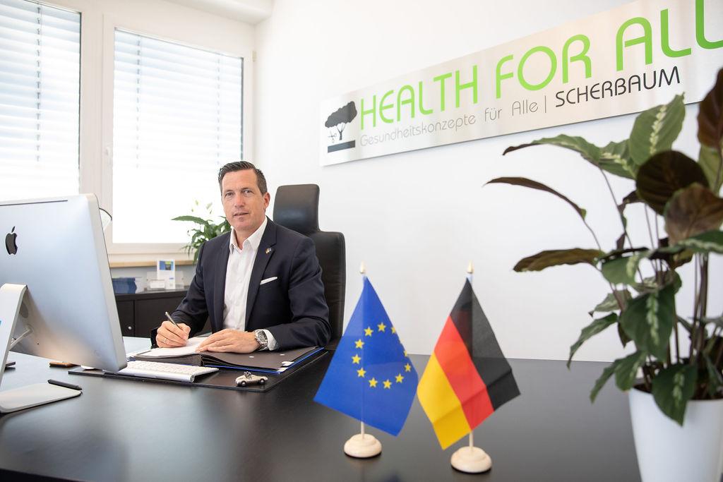 Pressefoto_Senator h.c. Marco Scherbaum_Büro (2021)